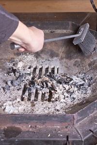 Aus der Feuerschale nach jeder Vewendung Asche und Rusreste entfernen