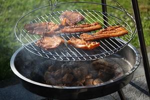 Ein Grillaufsatz macht aus der Feuerschale einen Grill