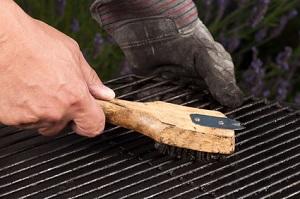 Zum reinigen der Feuerschale reicht eine Metallbürste
