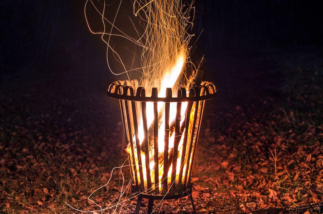 feuerkorb in dem ein feuer brennt